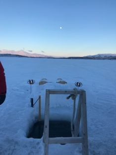 Tag 3: Das Eisloch im gefrohrernen See zur Abkühlung nach der Sauna
